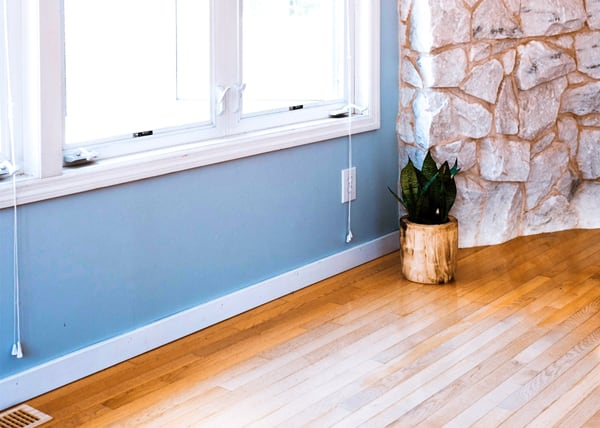 Hardwoord floor fading residential area rug